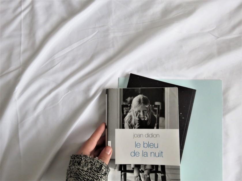 lecture livres les livres qui font du bien le fil rouge le fil rouge lit bibliothérapie littérature le bleu de la nuit Joan Didion Grasset deuil vieillesse mélancolie livre sur la fragilité de la vie souvenirs douloureux famille
