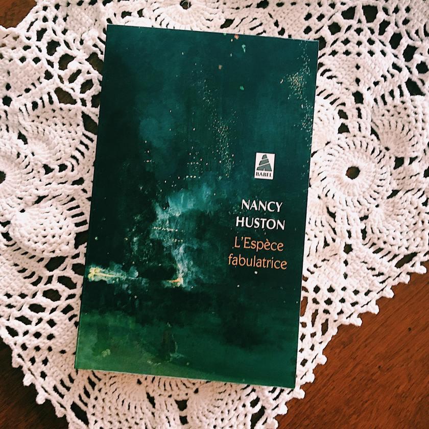 le fil rouge, le fil rouge lit, bibliothérapie, littérature, lecture, livres, livres qui font du bien, L'Espèce fabulatrice, Nancy Huston, Babel, littérature étrangère, Fiction, essai, réflexion littéraire