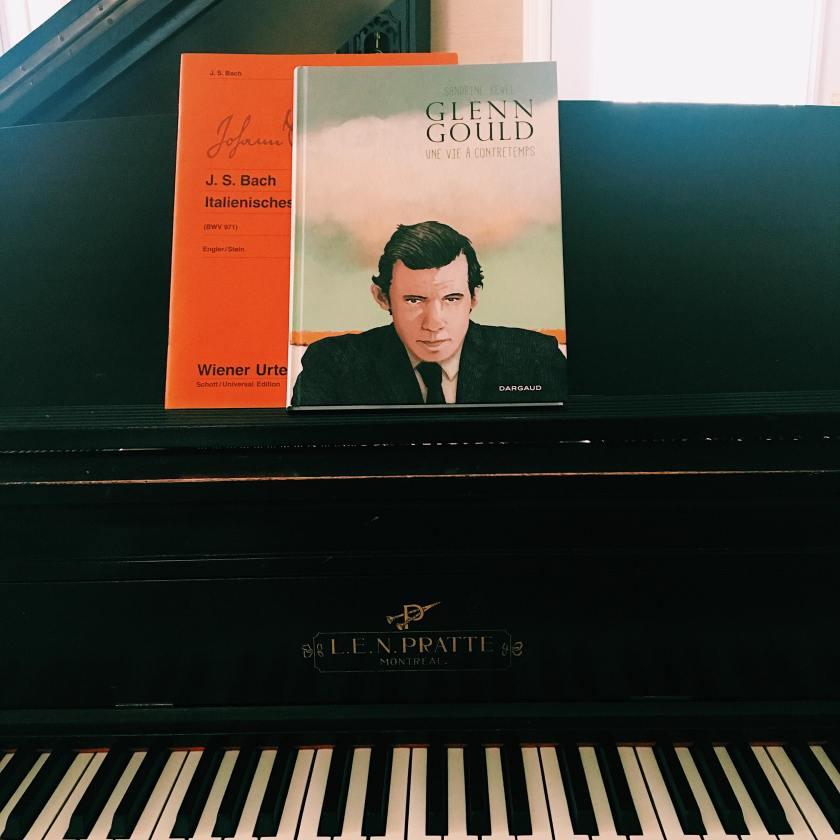 le fil rouge, le fil rouge lit, bibliothérapie, littérature, lecture, livres, livres qui font du bien, Glenn Gould une vie à contretemps,Sandrine Revel, Dargaud, Roman graphique, littérature étrangère, Glenn Gould, musique, musique classique,