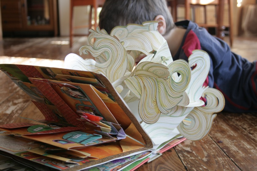 Autour des livres, Bibliothérapie, Chloé Legeay, enfance, Famille, Imagination, J.K Rowling, la place des livres, Le fil rouge, le fil rouge lit, lecture, les livres qui font du bien, lire, lire des histoires, Littérature jeunesse, livre pop-up, livres, Tomie dePaola