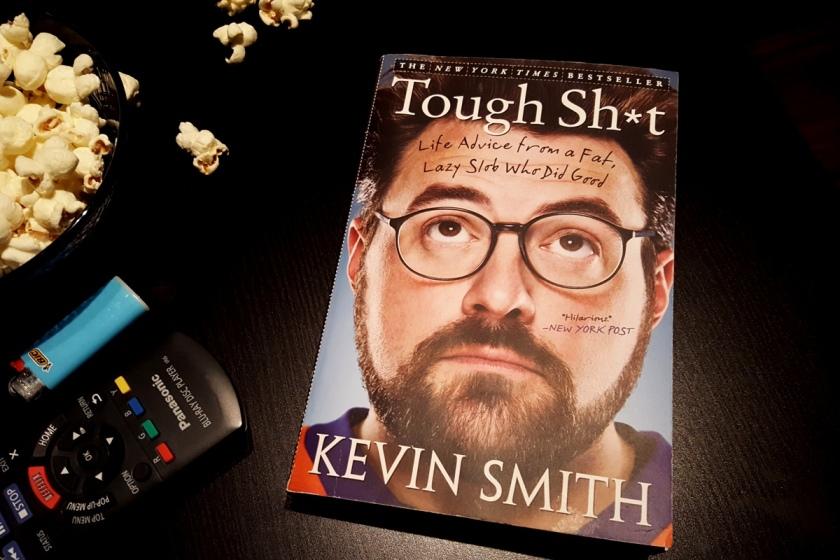 Le fil rouge, le fil rouge lit, bibliothérapie, littérature, lecture, livres, les livres qui font du bien, Tough Sh*t, Kevin Smith, Humour, cinéma indie, motivation