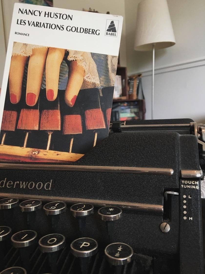 Le fil rouge, le fil rouge lit, bibliothérapie, littérature, lecture, livres, les livres qui font du bien, les variations Goldberg, Nancy Huston, Babel, Actes Sud, Musique, Jean Sebastien Bach, clavecin, spectacle, littérature québécoise