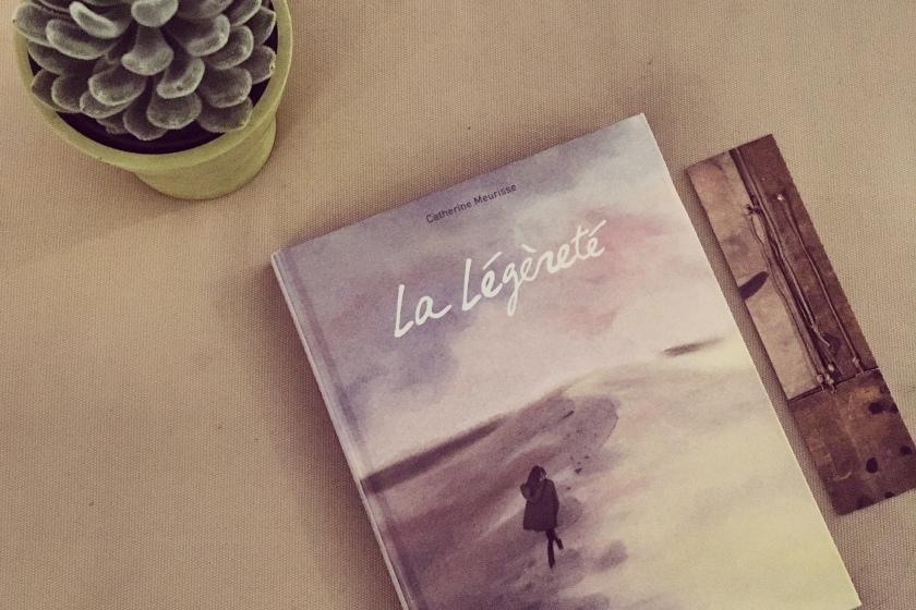 le fil rouge lit; La légèreté; Catherine Meurisse; Dargaud; Charlie Hebdo; bibliothérapie; roman graphique; Art; livres