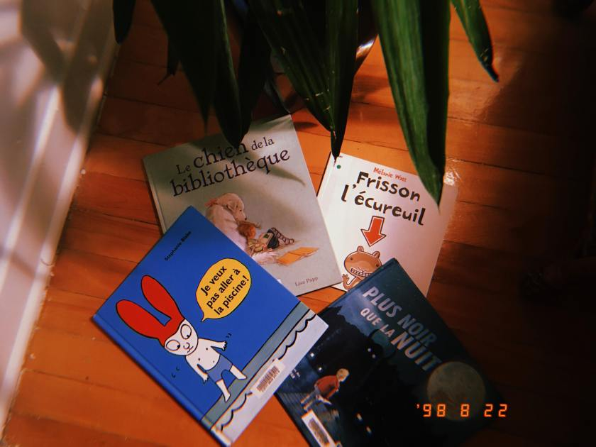 Bibliothérapie, Scholastic, Circonflexe, École des loisirs, Le chien de la bibliothèque, Chloé et sa copine de lecture, Lisa Papp, Frisson l'écureuil, Mélanie Watt, Plus noir que la nuit, les frères Fan, Chris Hadfield, Je veux pas aller à la piscine, Stephanie Blake, Le fil rouge, le fil rouge lit, lecture, les livres qui font du bien, littérature, livres, littérature jeunesse, jeunesse, album jeunesse,