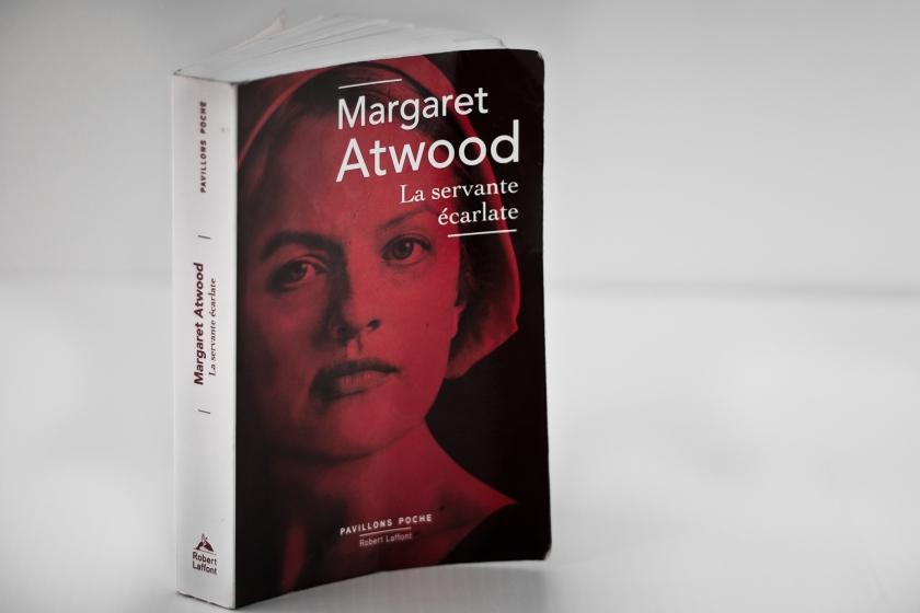 La Servante écarlate, Margaret Atwood, le Fil Rouge, le Fil Rouge lit, le Fil Rouge réfléchit, réflexion littéraire, lecture, littérature,