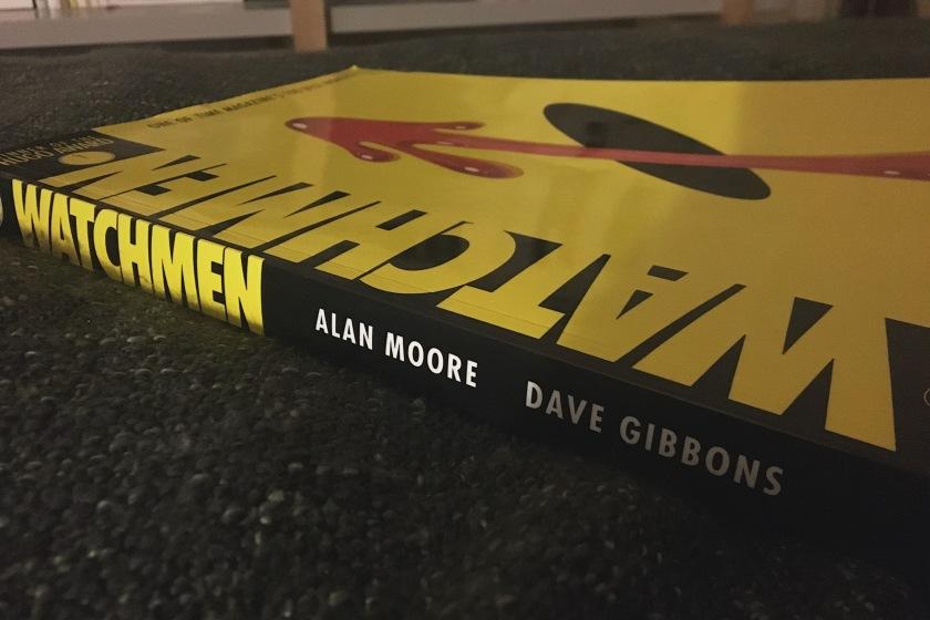 le fil rouge, le fil rouge lit, lecture, Bibliothérapie, littérature, livres, les livres qui font du bien, Watchmen, Dave Gibbons, Alan Moore, DC comics, super-héros, meurtre, enquête, Manhattan, sang, bonhomme sourire, pouvoirs, bande dessinée, roman graphique