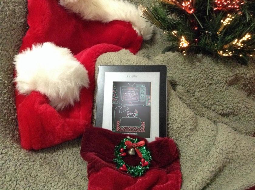 le fil rouge, le fil rouge lit, bibliothérapie, littérature, lecture, livres, livres qui font du bien, Un Noël cathodique, la magie de ciné-cadeau déballée, collectif, stéphanie roussel, éditions de ta mère, essai, essais québécois, noël, ciné-cadeau