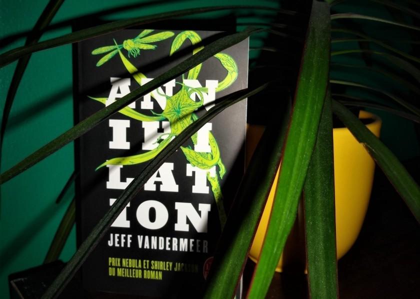 Annihilation Jeff VanderMeer Alex Garland roman film cinéma adaptation science-fiction aventure horreur épouvante suspense nature écologie génétique livre le Fil rouge lecture bibliothérapie les livres qui font du bien au-delà des livre