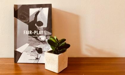 photo du livre fair-play avec plante verte