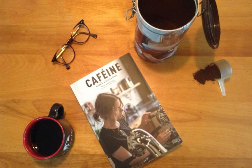 le fil rouge, le fil rouge lit, bibliothérapie, littérature, lecture, livres, livres qui font du bien, Caféine, Sarah-Émilie Nault, éditions Parfum d'encre, café, torréfaction, cafés au Québec, découvrir des cafés au Québec, lieu café, guide sur le café, essai