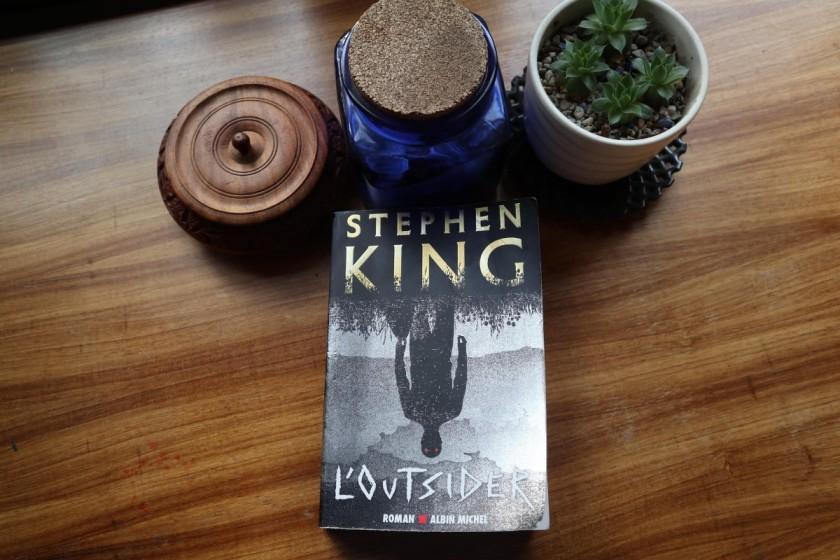 Stephen King, L'outsider, Albin Michel, horreur, littérature étrangère, policier, meurtre, le fil rouge, le fil rouge lit, bibliothérapie, littérature, lecture,livres, les livres qui font du bien,