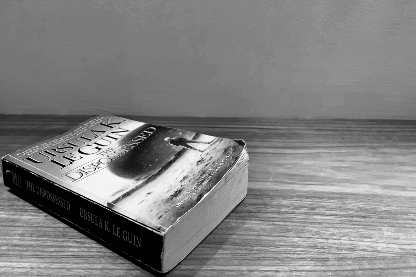 livre sur un décor lunaire, the dispossessed, les dépossédés, Ursula K. Le Guin, Harper Voyager, science-fiction, littératures de l'imaginaire, féminisme, collectivité, individualisme, le fil rouge, le fil rouge lit, quête existentielle, philosophie